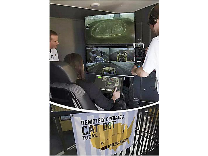 第二日:在卡特彼勒展台体验远程操控1400英里外的设备工作