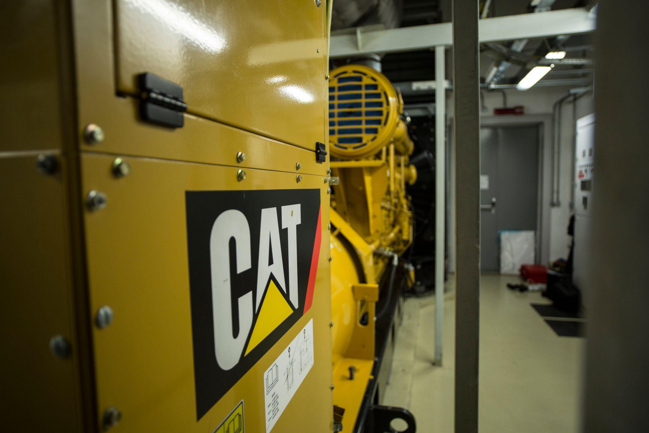 Шесть дизельных генераторных установок Cat® C175-16, полная мощность каждой из которых составляет 3000 кВА, должны обеспечивать аварийное электропитание в случае отключения сетевого электропитания.