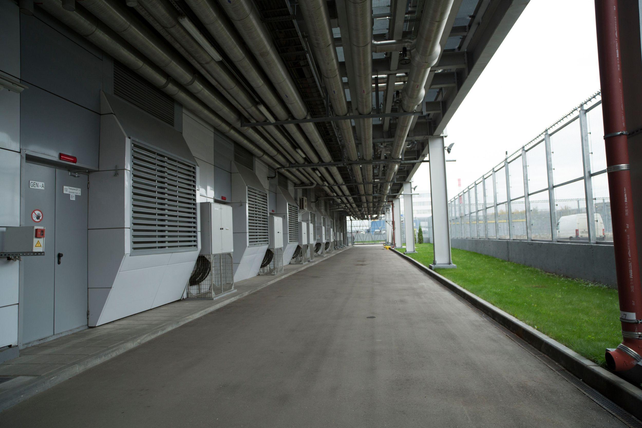 Каждая из пяти генераторных установок предназначена для питания определенного модуля, а шестая остается в резерве и может заменить одну из пяти главных установок.