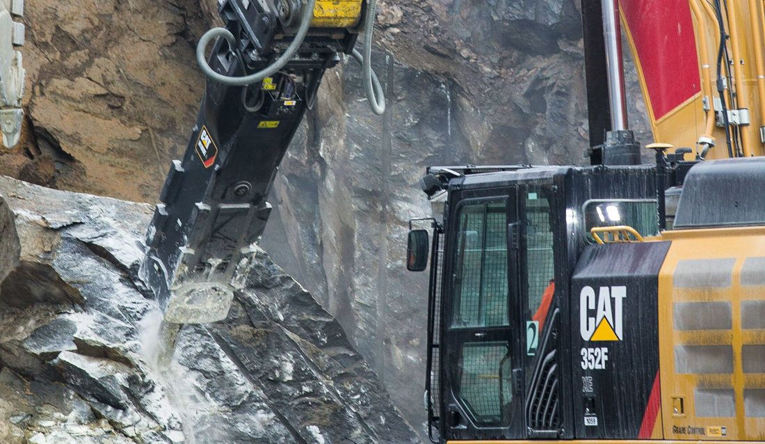 Park & Anlegg uses the Cat® 352F XE Excavator for loading and rock breaking with the H180ES Hammer.