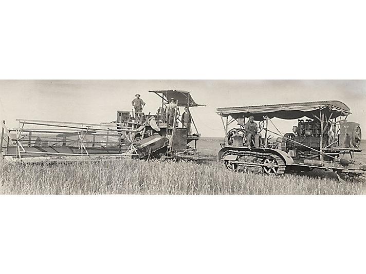 Трактор Holt Caterpillar 60 тянет комбайн в Австралии, примерно 1913 г.
