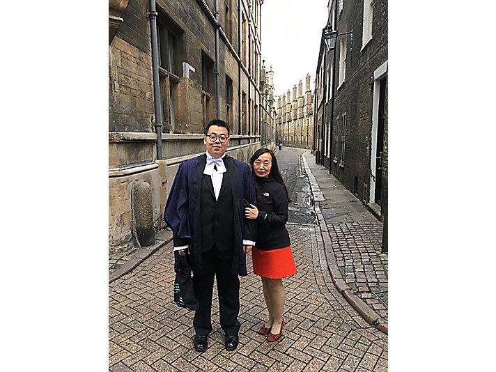 余玲赴英国参加儿子在剑桥大学的毕业典礼