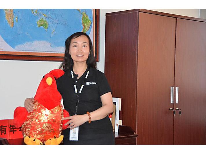余玲在卡特彼勒(青州)有限公司办公室