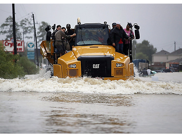 Cat® 745C Articulated Truck helps people in Houston evacuate their homes after flooding from Hurricane Harvey. Photo credit: Joe Raedle/Getty Images