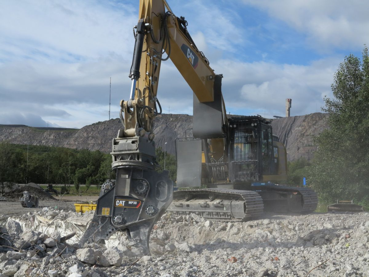 A Cat® MP30 multi-processor mounted on a 330F excavator is cutting and crushing buildings being demolished in Kiruna, Sweden.