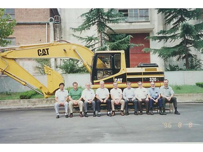 1996年 徐州工厂第一台液压挖掘机下线