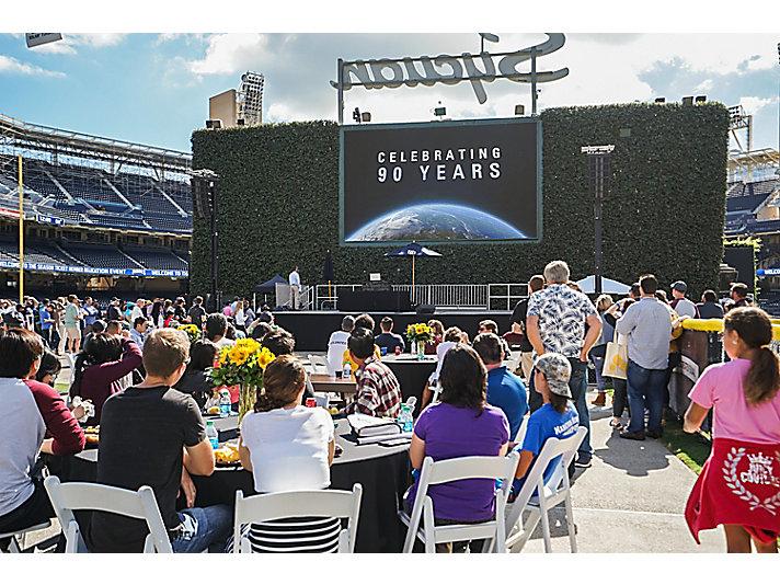 El equipo de Solar mirando el video del 90°aniversario durante la celebración con los empleados