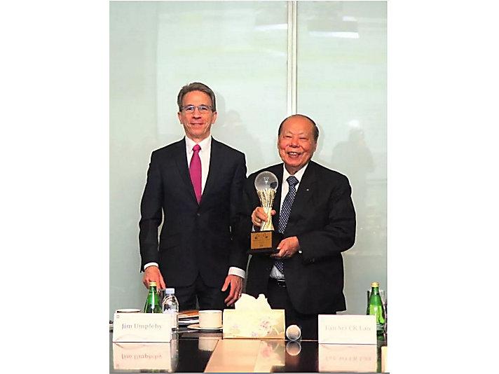 安博骏先生向利星行集团董事局主席丹斯里刘楚群先生颁发奖杯