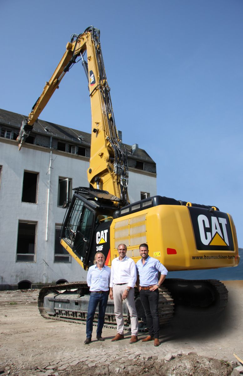 Gernot Tomaschäfsky (left) and Thomas Micheel (right) of T & M Abbruchstechnik were the first in Germany to put the Cat® 340 F UHD to work. Cat Dealer Zeppelin Sales Manager Stefan Kirschbaum (center) helped them acquire the Ultra High Demolition machine for their rental fleet.