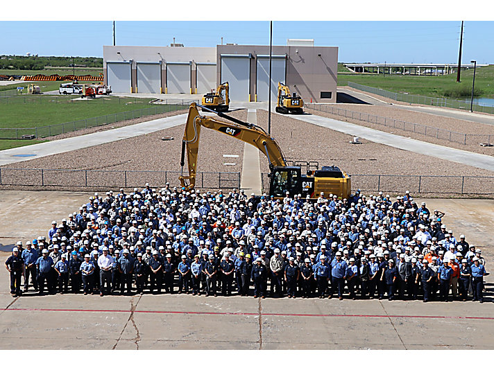 Team Victoria pictured with the 10,000th excavator manufactured at the South Texas facility.