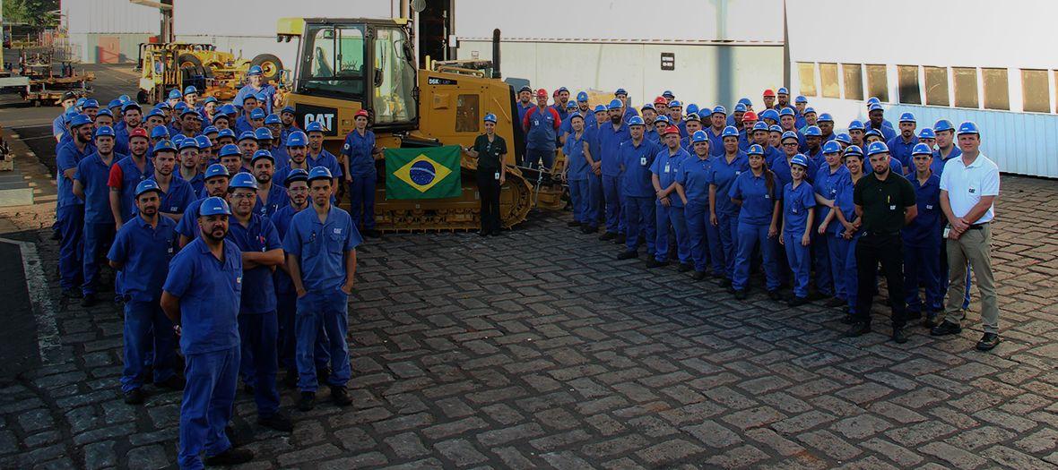 澳门金沙国际娱乐巴西的推土机装配线团队