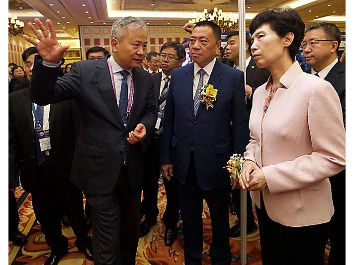 商务部副部长高燕女士,澳门经济财政司司长梁维特先生与卡特彼勒(中国)投资有限公司董事长陈其华先生交流。