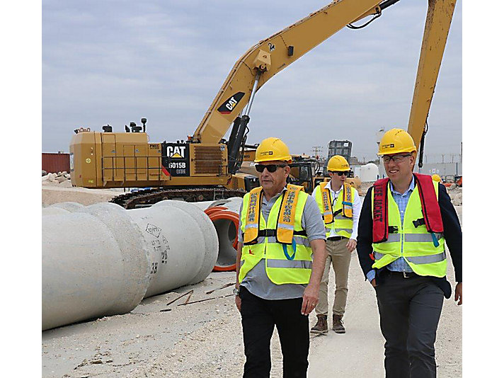 Caterpillar Vice President Phil Kelliher and I.T.E. CEO Yossi Smira recently visited the Hadarom project site in the city of Ashdod.