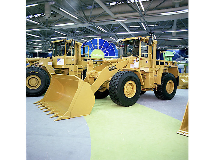 Cat® 950E wheel loader on display at the 1989 show – one of 47 products shown that year.