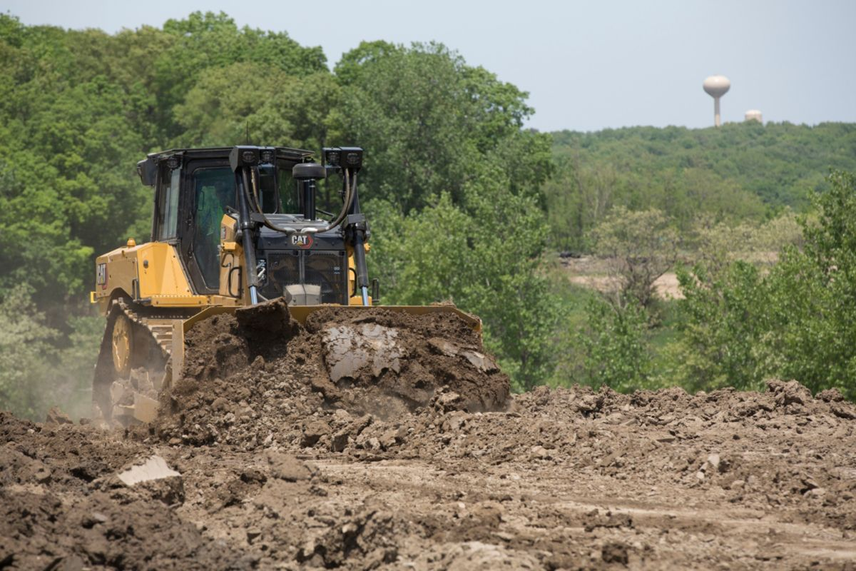 The D6 and D6 XE are available in the tried and true push arm dozer configuration for unmatched durability. Choose Semi-Universal (SU) or Straight blades to match your materials and application requirements. (D6 model shown)