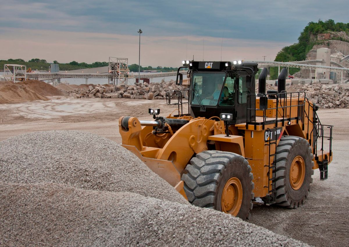 Cat 990K Aggregate Handler moves crush stone