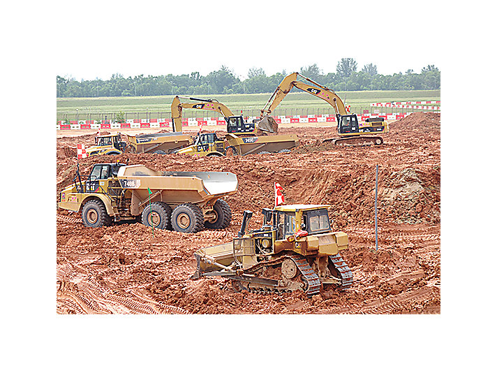Machine Cat® travaillant sur le chantier du projet de construction des pistes de l'aéroport de Changi