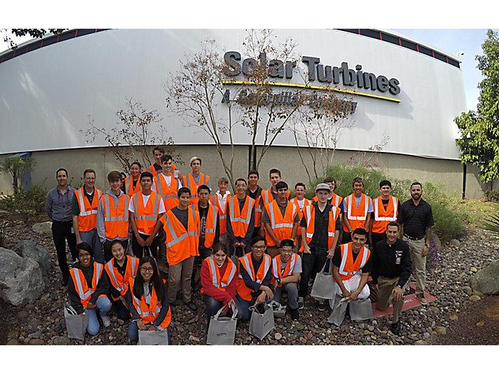 Los estudiantes de secundaria visitan la planta de Solar Turbines en Kearny Mesa.