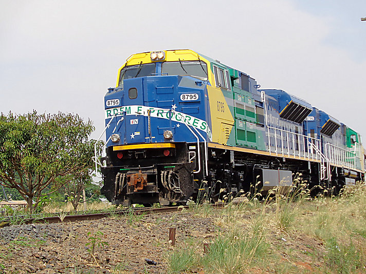 EMD locomotives cross the Brasilian railway every day.