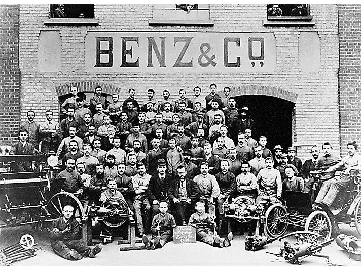 Das Team der Schlosserei des Wagenbaus von Benz & Cie im Jahre 1897