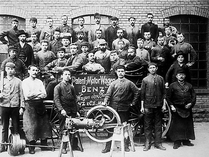 Mitarbeiter von Benz & Cie vor einem Patent-Motorwagen Ende des 1900 Jahrhunderts