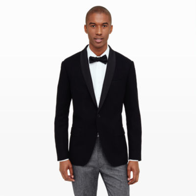 When it comes to dinner jackets, there are plenty of options available to you. Apart from traditional black and white outfit, you can add some color and style to your suit with a colored dinner jacket. For example, you can choose our Enzo purple velvet dinner jacket, which is made of velvet and comes in a slim fit. This is the ideal alternative to a black-and-white tuxedo, and will definitely be stylish enough for any .