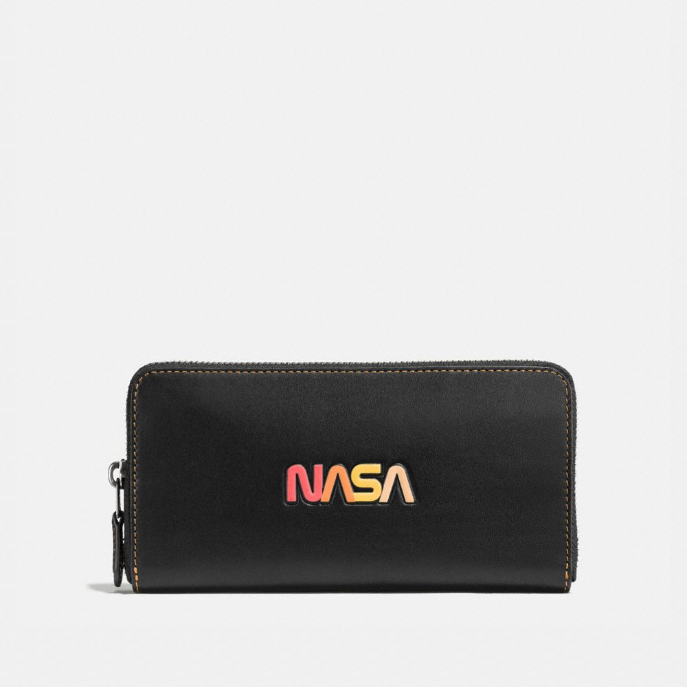 ACCORDION WALLET IN GLOVETANNED LEATHER WITH EMBOSSED SPACE