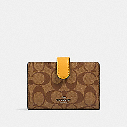 MEDIUM CORNER ZIP WALLET IN SIGNATURE CANVAS - QB/KHAKI HONEY - COACH 23553