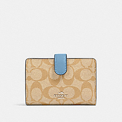 MEDIUM CORNER ZIP WALLET IN SIGNATURE CANVAS - SV/LIGHT KHAKI/SLATE - COACH 23553