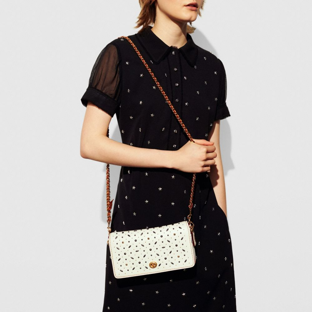 Rivets Dinky Crossbody in Pebble Leather - Alternar vistas A4