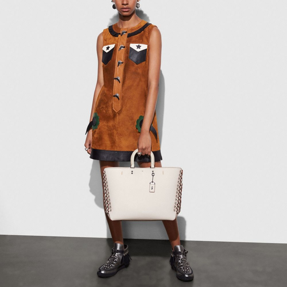 Rogue Tote With Coach Link Leather Detail in Glove Calf - Alternar vistas A4