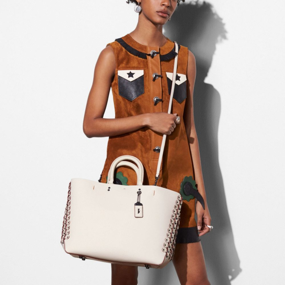 Rogue Tote With Coach Link Leather Detail in Glove Calf - Alternar vistas A5