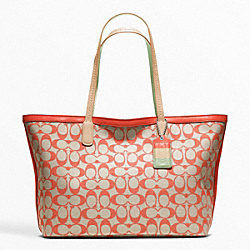 COACH WEEKEND PRINTED SIGNATURE ZIP TOP TOTE - SILVER/LIGHT KHAKI/CORAL - F23107