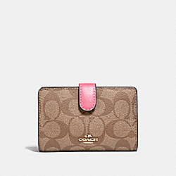 MEDIUM CORNER ZIP WALLET IN SIGNATURE CANVAS - KHAKI/PINK RUBY/GOLD - COACH F23553