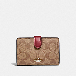MEDIUM CORNER ZIP WALLET IN SIGNATURE CANVAS - KHAKI/CHERRY/LIGHT GOLD - COACH F23553