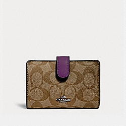 MEDIUM CORNER ZIP WALLET - SILVER/KHAKI/BERRY - COACH F23553