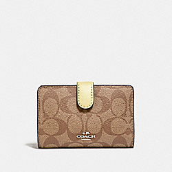 MEDIUM CORNER ZIP WALLET IN SIGNATURE CANVAS - KHAKI/VANILLA/SILVER - COACH F23553