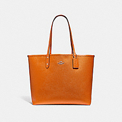 REVERSIBLE CITY TOTE IN SIGNATURE AND METALLIC CANVAS - f25849 - khaki/metallic tangerine/silver