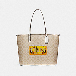 COACH REVERSIBLE CITY TOTE IN SIGNATURE CANVAS WITH ROADTRIP MOTIF - LIGHT KHAKI/CHALK/LIGHT GOLD - F26920