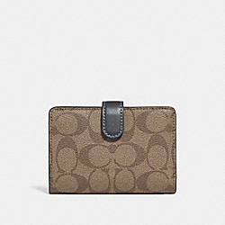 COACH MEDIUM CORNER ZIP WALLET IN COLORBLOCK SIGNATURE CANVAS - KHAKI/MIDNIGHT POOL/LIGHT GOLD - F27147