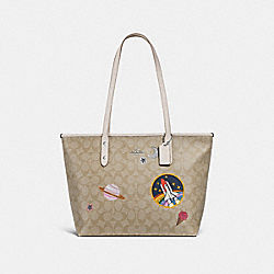 CITY ZIP TOTE IN SIGNATURE CANVAS WITH SPACE PATCHES - SILVER/LIGHT KHAKI/CHALK - COACH F29126