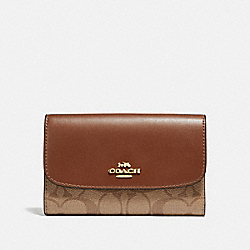COACH MEDIUM ENVELOPE WALLET IN SIGNATURE CANVAS - KHAKI/SADDLE 2/light gold - F32485