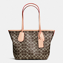 COACH COACH TAXI ZIP TOTE 24 IN SIGNATURE CANVAS - LIGHT GOLD/SADDLE/APRICOT - F34594