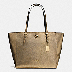 COACH TURNLOCK TOTE IN METALLIC PEBBLE LEATHER - LIGHT GOLD/GOLD - F36458