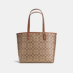 REVERSIBLE CITY TOTE IN SIGNATURE - f36658 - IMITATION GOLD/KHAKI/SADDLE