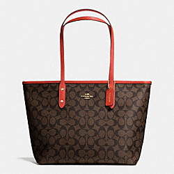 CITY ZIP TOTE IN SIGNATURE - f36876 - IMITATION GOLD/BROWN/CARMINE