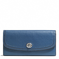 PARK LEATHER TURNLOCK SLIM ENVELOPE WALLET - f51393 - SILVER/DENIM