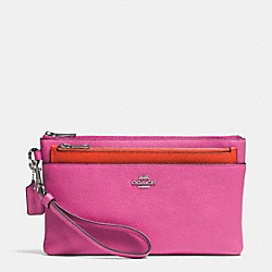 LARGE WRISTLET WITH POP-UP POUCH IN EMBOSSED TEXTURED LEATHER - SILVER/FUCHSIA - COACH F52468