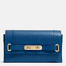 COACH COACH SWAGGER WALLET IN PEBBLE LEATHER - LIGHT GOLD/DENIM - F53028