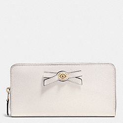 COACH TURNLOCK BOW ACCORDION ZIP WALLET IN PEBBLE LEATHER - LIGHT GOLD/CHALK/BLACK - F53415